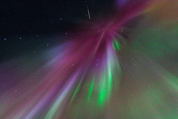 Iltalehden lukija onnistui saamaan samaan kuvaan tähdenlennon, revontulia ja Otavan tähtikuvion.