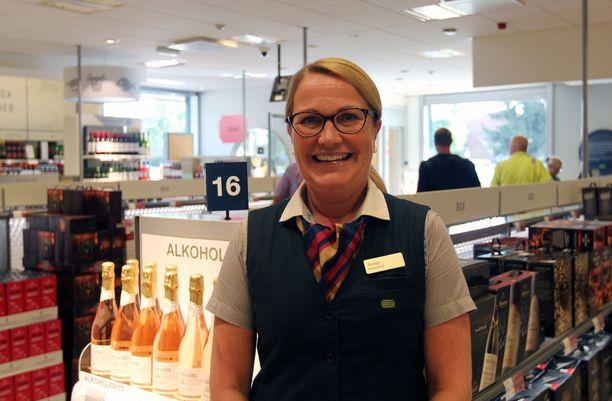 Jaana Haara myy pienen Haaparannan Alkosta viinaa ison kaupungin verran.