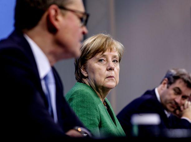 Liittokansleri Angela Merkel ilmoitti yöllä Saksan koronarajoitusten jatkuvan ja tiukentuvan. Etualalla Berliinin pormestari Michael Müller, taustalla Baijerin pääministeri Markus Söder.