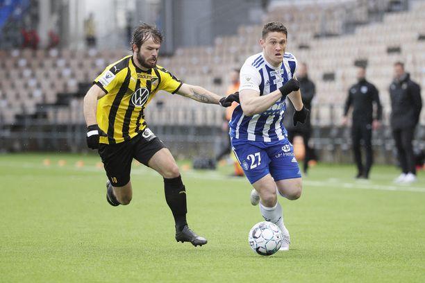 HJK:n Filip Valencic (oikealla) aiheutti harmaita hiuksia FC Hongalle Veikkausliigan avausottelussa.