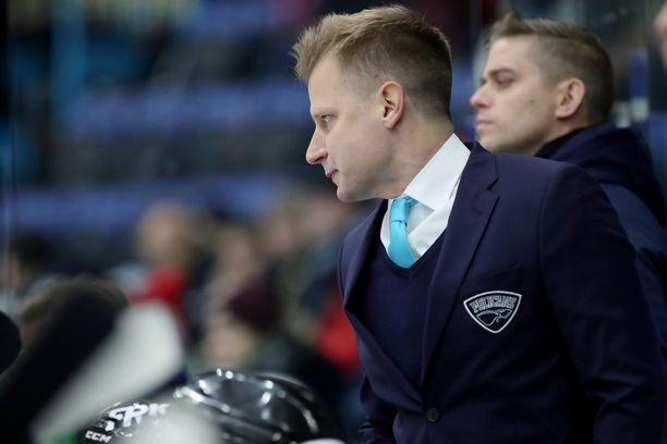 Tommi Pärmäkoski nähtiin perjantaina ensimmäistä kertaa Pelicansin klubitakki päällä vaihtoaitiossa.