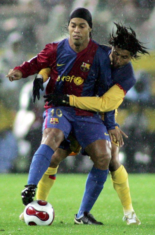PITELEMÄTÖN Ronaldinho ylsi kiitettäviin tehoihin Club American pelaajien tiukasta miesvartioinnista huolimatta.