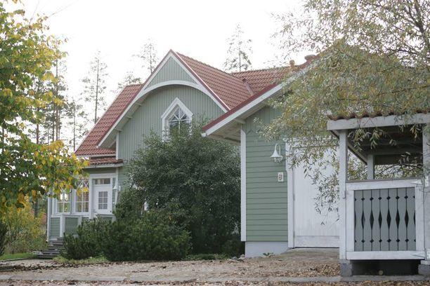 Leena Harkimon on juuri laittanut tämän Helsingin Landbossa sijaitsevan omakotitalonsa myyntiin.