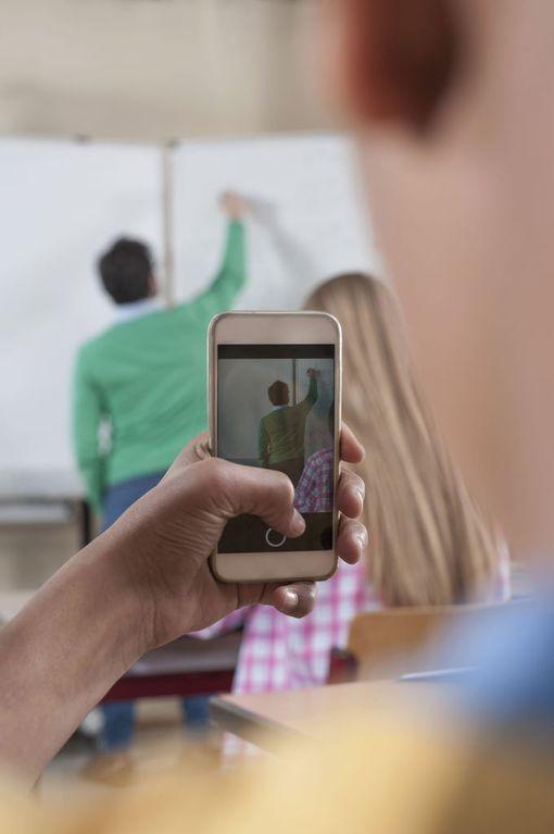 Koulujen järjestyssääntöjä kännyköiden käytöstä on selkiytetty viimesyksyisen Kärpäsen koulun tapauksen jälkeen. Oppilaat kuvasivat opettajan raivokohtauksen ja jakoivat videota.