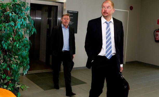 Asianajaja Hannu Kalkas (edessä) ja Keke Armstrong marssivat Pirkanmaan käräjäoikeuteen viime toukokuussa.