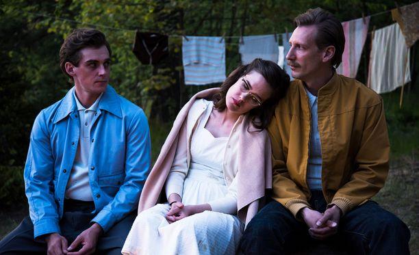 Touko Laaksosen kumppani Veli (Lauri Tilkanen), sisko Kaija (Jessica Grabowsky) ja Touko (Pekka Strang) yhdessä