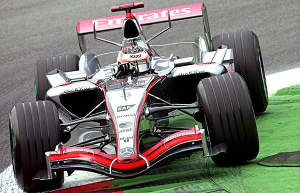 KOVAA VÄÄNTÖÄ Kimi Räikkönen puristi lauantain tiukassa taistelussa ykköseksi.