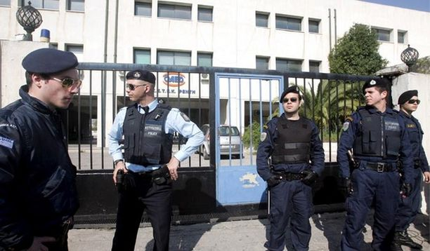 Poliisi vartioi kouluammuskelun kohteeksi joutunutta ammattikoulua Ateenassa.