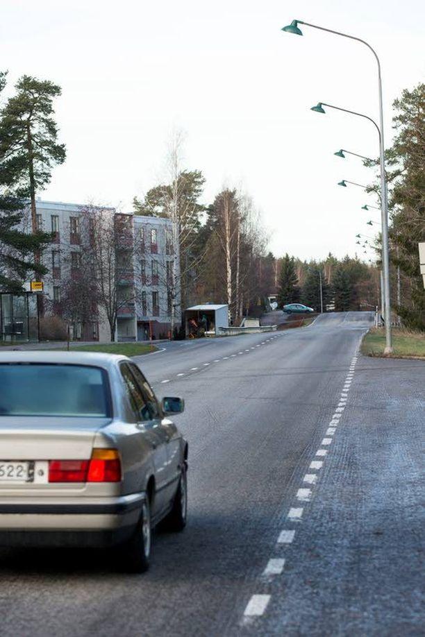 Sivullinen pelasti 2-vuotiaan tytön autojen keskeltä Turun Karvataskunkadulta. Kuvan autot eivät liity tapaukseen.