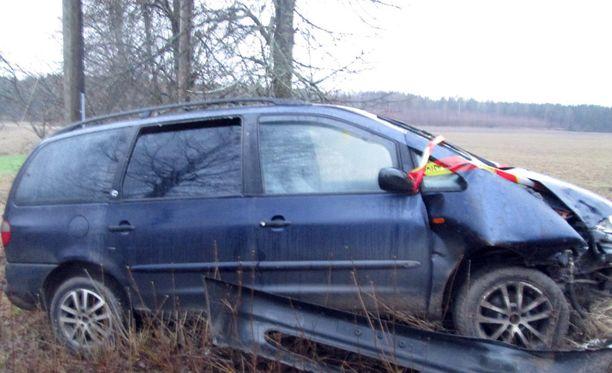 Poliisi epäilee vanhusryöstöistä epäiltyjen miesten liikkuneen tila-autolla, joka löydettiin tieltä suistuneena.