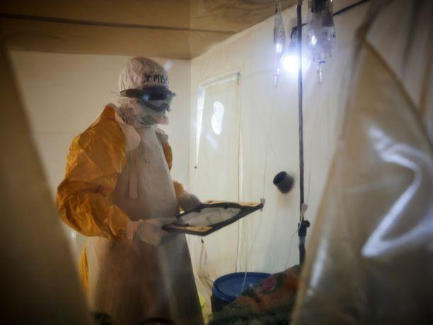 Hoitajien on käytettävä peittäviä suojapukuja ebola-potilaiden kanssa toimiessaan.