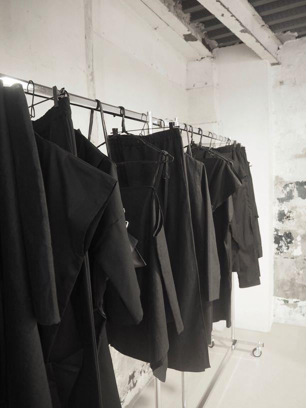 Lauri Järvisen musta mallisto esillä showroomilla Pariisin muotiviikolla.