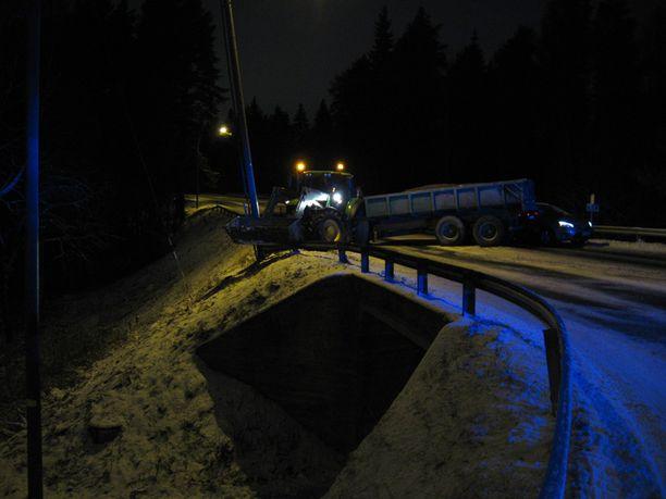 Etelän suunnasta Viitostietä pitkin ajanut traktori joutui jarruttamaan tilanteessa ja ajautui luisuun.