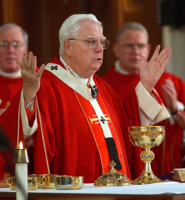 Bernard Law erosi Bostonin arkkipiispan tehtävästä vuonna 2002. Arkistokuva.