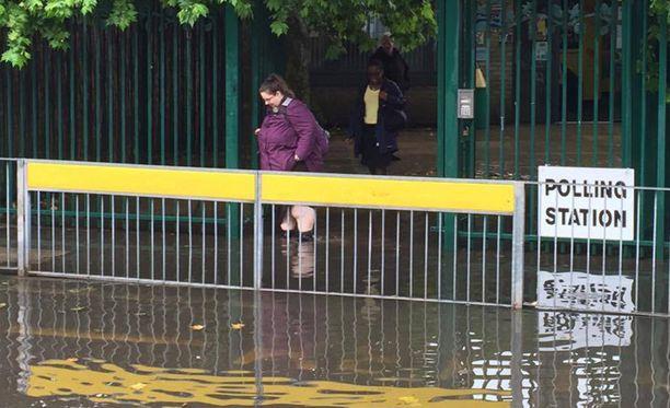 Äänestäjät tarvitsivat kumisaappaita päästäkseen kirjaamaan mielipiteensä lontoolaisella koululla.