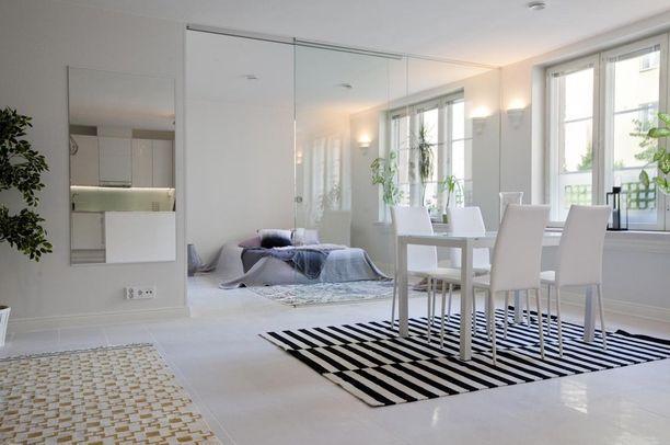 Tässä lasiseinässä on myös liukuovi. Pelkkää lasia oleva makuuhuoneen seinä sopii ihmiselle, joka jaksaa pedata sänkynsä.