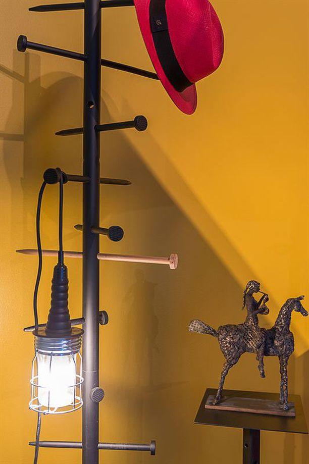 Olli halusi asunnosta perinteitä rikkovan miesluolan, jonka sisustukseen on tahallaan tuotu kokonaisuutta rikkovia elementtejä ja paljon kirkkaita, pirskahtelevia värejä.