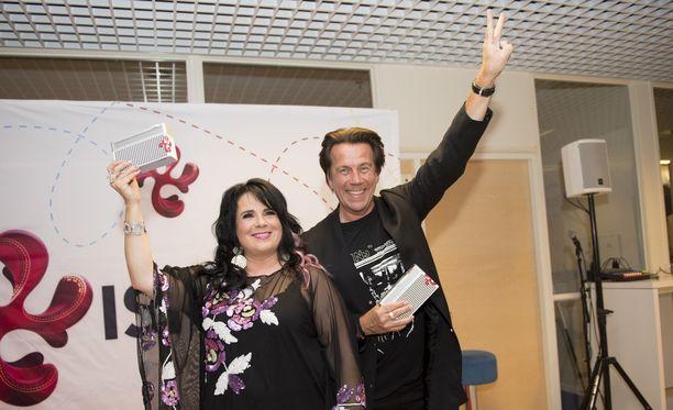 Kaija Koo palkittiin vuoden naisartistina ja Mikko Kuustonen vuoden miesartistina.