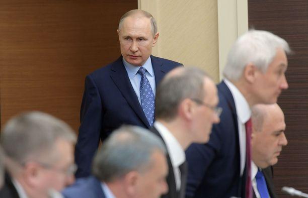 Presidentti Vladimir Putin on siirtynyt takariviin Venäjän koronataistelun tulenjohdossa.