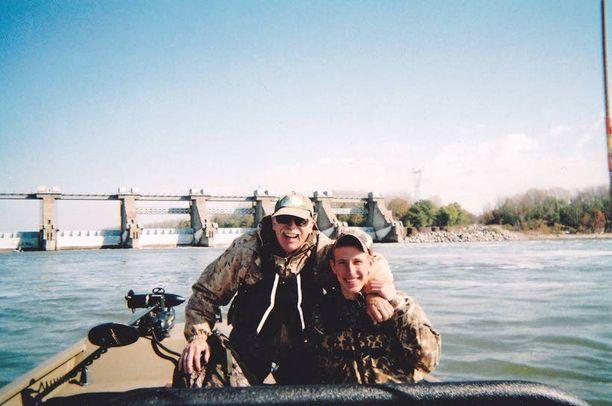 Kassig kalassa isänsä kanssa Ohio-joella vuonna 2011. Vanhemmat julkaisivat valokuvia pojastaan, nyt kun hänen elämänsä on vaarassa päättyä.