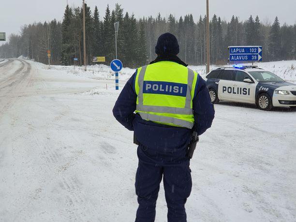 Kantatie 66 oli yli neljä tuntia poikki liikenteeltä Virtain ja Alavuden välillä. Poliisi käännytti autoilijoita tiesululla.