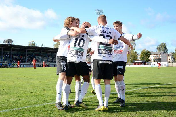 Samuel Chidi, Salomo Ojala ja muut hakalaiset juhlivat Chidin tekemää 2–0-osumaa Pietarsaaressa.