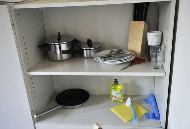 RUOKAILIJALLE Vuokranantaja tarjoaa tiskiaineen ja -harjan, mutta pesuvesi on itse hommattava. Vesipistettä ei asunnosta löydy. Vessakin on kerrosta alempana.