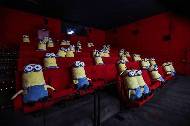 Kätyrit eli minionit muistuttavat pitämään turvavälit myös elokuvateatterissa.