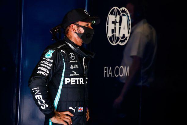 Lewis Hamiltonin virhe kävi monella tapaa kalliiksi.