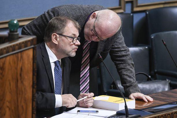 Pääministeri Juha Sipilä (kesk) on puolustanut hallituksen kiisteltyä lakiesitystä työllistämisen kynnyksen madaltamisella pienyrityksissä. Sipilän vierellä työministeri Jari Lindström (sin).