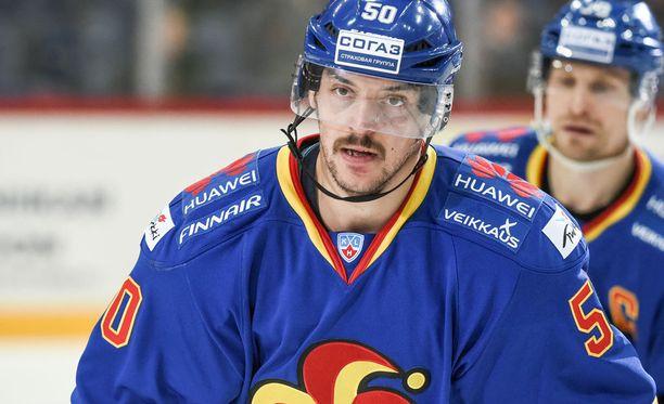 Juhamatti Aaltonen tienaa jääkiekon pelaamisella.