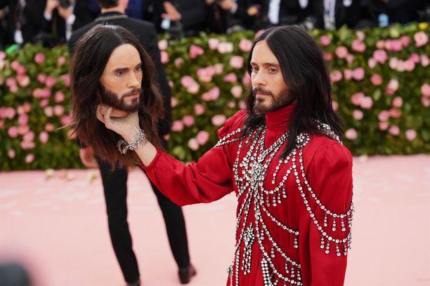 Jared Leto esitteli valokuvaajille erikoista asustettaan. Leto edusti tilaisuudessa Guccin iltapuvussa.