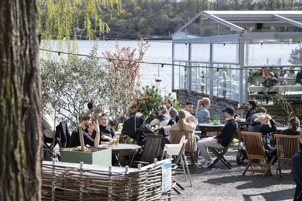Ihmisiä ravintolassa Tukholmassa 26. huhtikuuta.