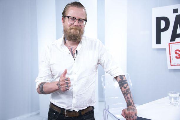 Wallu Valpion nahkaan on tatuoitu lukuisten naisten nimet.