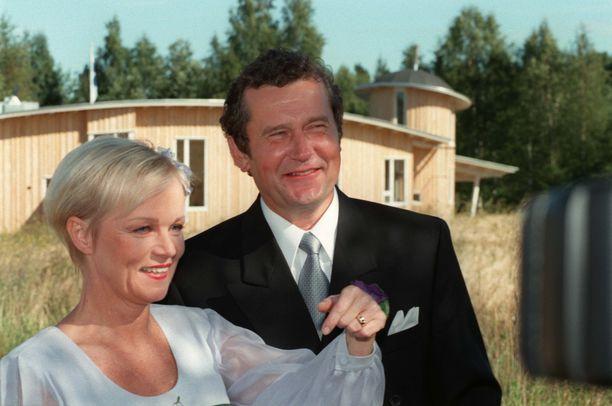 Pappi siunasi talon pariskunnan häiden yhteydessä vuonna 1997. Katri Helena ja Panu Rajala erosivat  vuonna 2004.
