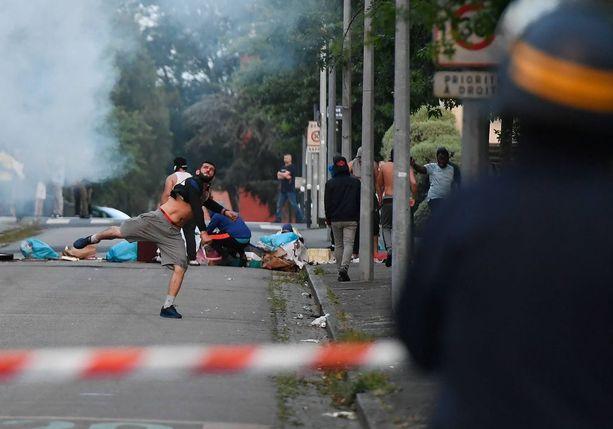 Tiistai-illan surmasta provosoituneet nuorisojoukot ovat syyttäneet Ranskan poliisia kovakouraisuudesta.