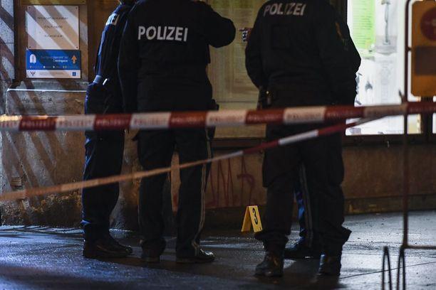 Poliisi tutki rikospaikkaa keskiviikkoiltana Wienin Praterstrassella.