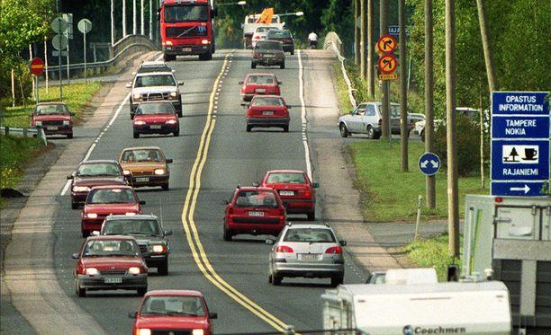 Vuosituhannen alussa vähintään joka neljäs auto oli punainen. Kuva syksyltä 2009.