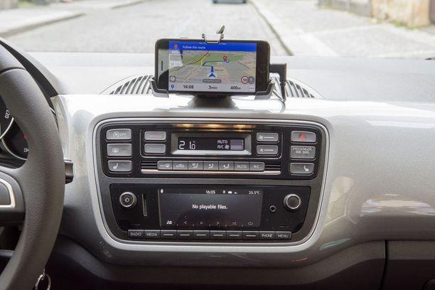 Ei kovin käytännöllinen. Kojelaudan päälle asetettava puhelin toimii Skodan appin pohjalta muun muassa navigaattorina. Hyvä idea, mutta hankala käyttää. Parempi olisi tavanomainen navigaattori.