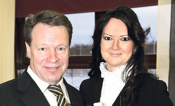 VAHVA LUOTTAMUS - Elina Kiikko ei piittaa Ilkka Kanervaan yhdistetyistä tekstiviestikohuista.