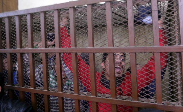 Homoseksuaalisuudesta syytettyjä miehiä häkissä Kairossa arkistokuvassa.