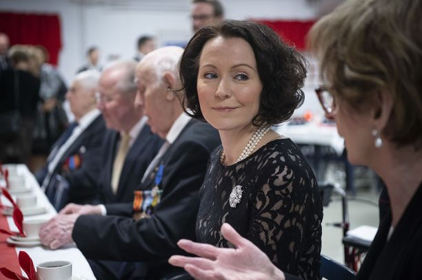 Jenni Haukio vaihtoi kuulumisia sotaveteraanien ja muiden vieraiden kanssa.