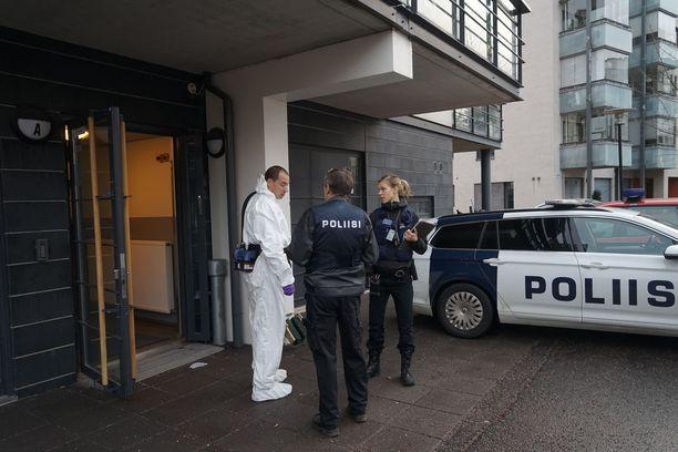 Kerrostaloasunnossa Vuosaaressa jatkui perjantaiaamuna poliisin tekninen tutkinta.