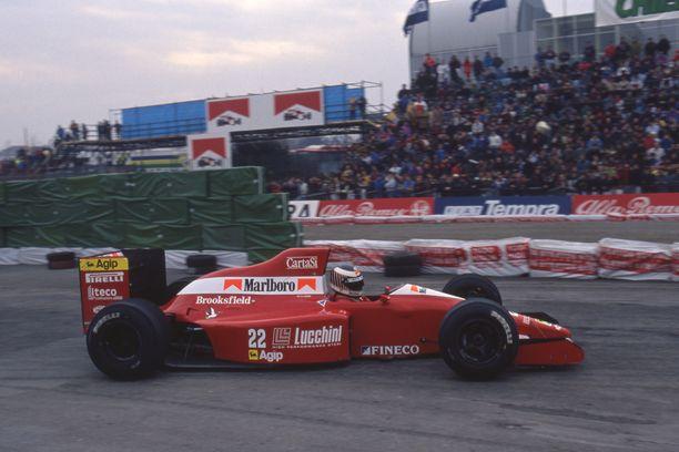 Ei niskatukea. Jyrki Järvilehdon aikana kypärää ei ajon aikana F1-autojen ohjaamoa vasten tuettu.