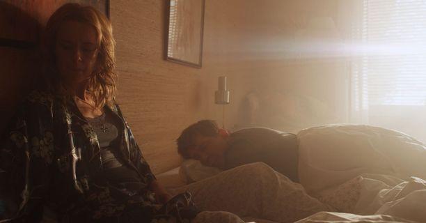 Jonnalla ja Karstenilla on ongelmia sängyssä. Jonna kyllä haluaisi, mutta Karstenia ei kiinnosta.