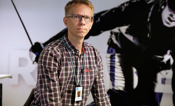 Panu Pokkinen laittoi suosikkiselostaja Jussi Eskolan hyllylle.