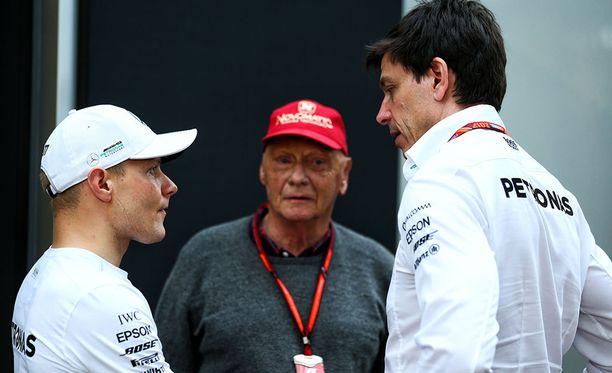 Valtteri Bottas, Niki Lauda ja Toto Wolff ovat joutuneet miettimään Silverstoneen taktiikan, jolla yhdeksännestä ruudusta lähtevä suomalaiskuski pystyisi kohentamaan sijoitustaan mahdollisimman paljon.