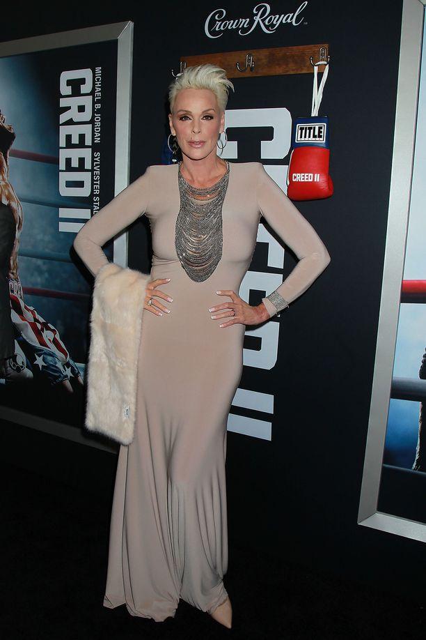 Brigitte Nielsen oli valinnut ylleen mekon, joka imarteli hänen muotojaan.