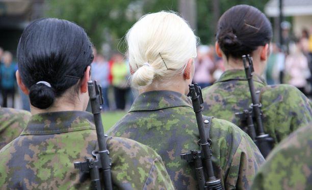Naisten vapaaehtoinen asepalvelus on ollut mahdollista vuodesta 1995. Kuvituskuva.