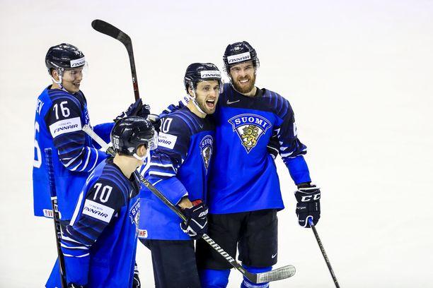 Jykevät puolustajat Niko Mikkola (70), Petteri Lindbohm (40) ja Jani Hakanpää (oik.) ovat jo käväisseet Pohjois-Amerikassa. Onko ensi kaudella edessä uusi yritys?